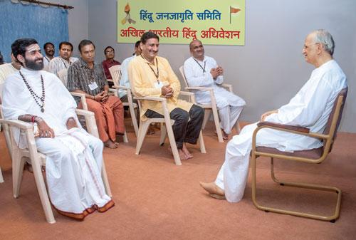 Paratpar Guru (Dr.) Athavale interacting with Devout Hindus