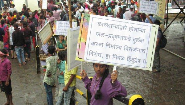 Samiti's volunteers holding boards in their hands