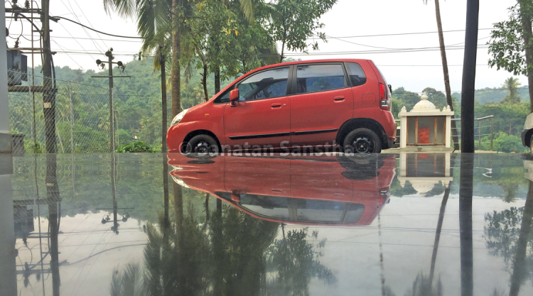 Flood like appearance : Due to the reflectivity and surface of the kota tiles rippling and the way this picture has been taken, it seems as if the car is wading through flood waters. The reflectivity is as much as it was in the previous picture even though the sky is overcast.