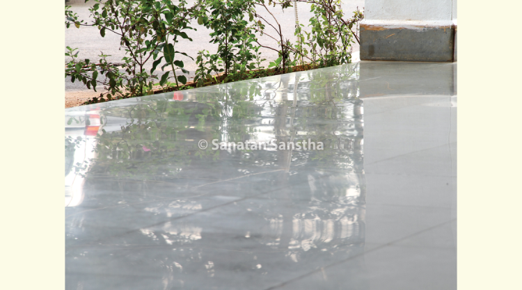Like an infinity pool : The edges of the reception porch look like the edges of an infinity pool. The reflection of the plants can be seen very clearly on the porch. The important point is that no extra polishing has been given to these tiles.