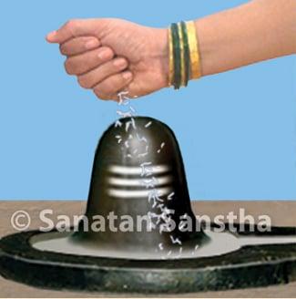 Offering a specific grain (Shivamushti) on the Shivapindi