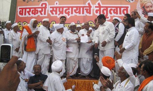 नागपुर विधिमंडल के बाहर आंदोलन करते हुए वारकरियों के साथ सनातन के साधक