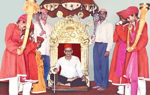 कोल्हापुर, महाराष्ट्र के प.पू. तोडकर महाराजजी ने परात्पर गुरु डॉ. आठवलेजी को सिंहासन पर बिठाकर उन पर पुष्पवृष्टि की । (२२.७.२०००)