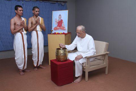 'परा' पात्र में चावल डालते हुए परात्पर गुरु डॉ. आठवले