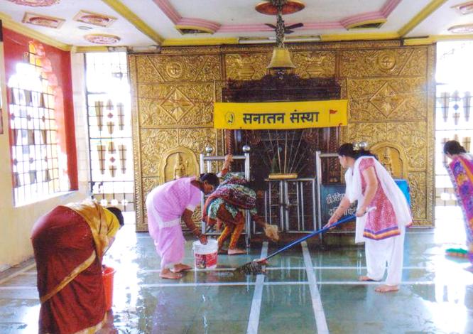 चैतन्य के स्त्रोत  मंदिरों को स्वच्छ कर समाज को मंदिराें का महत्त्व समझाना
