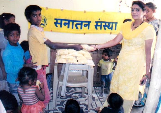 गरीबों की समस्याएं ध्यान में रखते हुए अन्नदान