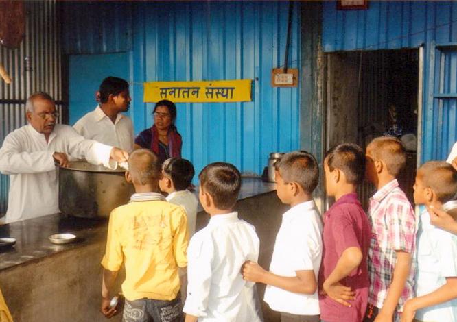 गरीब बच्चों आैर भावी पीढी को सुदृढ करने हेतु अन्नदान
