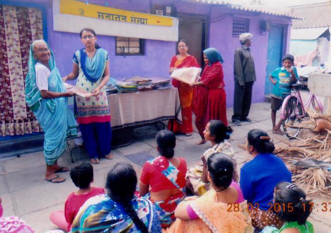 निर्धन महिलाआें को साडियों का वितरण