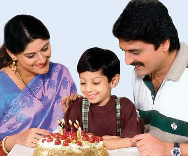 वाढदिवसाला मेणबत्ती विझवून केक कापू नये