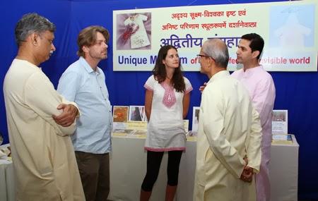 डावीकडून डॉ. दुर्गेश सामंत, उजवीकडून पहिले <br/> पू. गाडगीळकाका आणि श्री. शॉन क्लार्क विदेशी वैज्ञानिकांशी बोलतांना