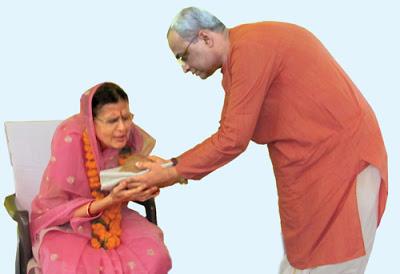 पू. (सौ.) सुशीला मोदी (डावीकडे) यांचा सन्मान करतांना पू. डॉ. चारुदत्त पिंगळे