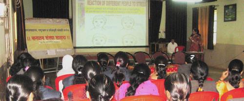 उपस्थितांना मार्गदर्शन करतांना डॉ. (सौ.) शिल्पा कोठावळे