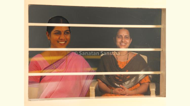 खिडकीच्या काचेवर दिसणारे प्रतिबिंब (चित्र ३) : त्यानंतर रात्रीच्या वेळी कॅमेरा (छायाचित्रक) खिडकीच्या काचेजवळ धरून हे छायाचित्र काढले. त्या छायाचित्रातही अभ्यासिकेत बसलेली महिला आणि सज्ज्यात बसलेल्या महिलेचे प्रतिबिंब स्पष्टपणे दिसते; मात्र कोण खिडकीच्या आतल्या बाजूला (अभ्यासिकेत) आणि कोण खिडकीच्या बाहेर (सज्ज्यात) बसली आहे, हे ओळखणे कठीण आहे.
