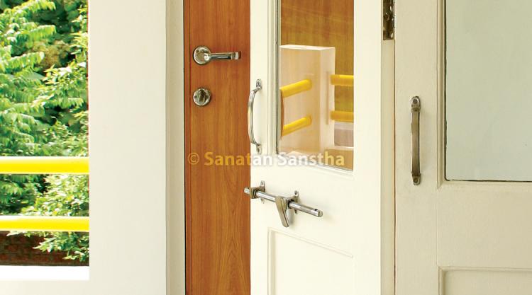 दाराच्या काचेत मूळ रेलिंगपेक्षाही सुस्पष्ट दिसणारे रेलिंगचे प्रतिबिंब